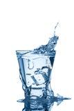 Wasserspritzen im Glas getrennt auf Weiß Stockfoto