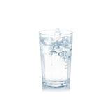 Wasserspritzen im Glas lokalisiert auf Weiß. Stockfotografie