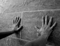 Wasserströme über den Armen, die an der Wasserwand sich lehnen stockfoto