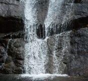 Wasserströme auf dem Rock& x27; s-Oberfläche lizenzfreies stockfoto