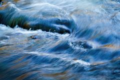 Wasserströme im Fluss Stockbild