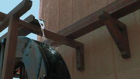 Wasserströme und hölzernes Rad der Drehbeschleunigungen der dekorativen Mühle stock video