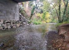 Wasserströme unter einer Brücke Stockfotografie