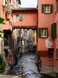 Wasserstraße in der Mitte von Bologna Italien lizenzfreies stockbild