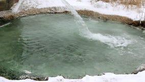 Wasserstrahl von der Schwefelwasserstoffquelle stock footage