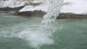 Wasserstrahl von der Schwefelwasserstoffquelle stock video