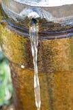 Wasserstrahl von einem Loch in einem Rohr Stockfoto