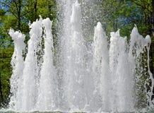 Wasserstrahlen im Stadtbrunnen Lizenzfreies Stockfoto