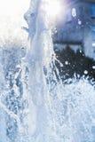 Wasserstrahlen und ein Spray eines Brunnenabschlusses oben Lizenzfreies Stockfoto