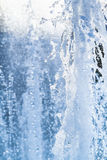 Wasserstrahlen und ein Spray eines Brunnenabschlusses oben Stockbild