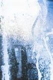 Wasserstrahlen und ein Spray eines Brunnenabschlusses oben Stockfotografie