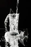 Wasserstrom in den defekten Glaswaren Stockfoto