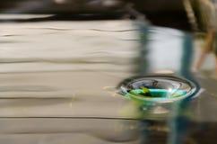 Wasserstrom in den Rohren Stockfotografie