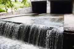 Wasserstrom, der heraus der Untertagetunnel fließt Lizenzfreies Stockbild
