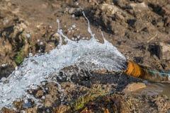 Wasserstrom vom Rohr nach der Entwässerung der Baustelle Stockfotos