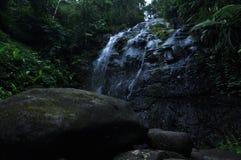 Wasserstromsenkrechte auf dem Felsen stockfotos