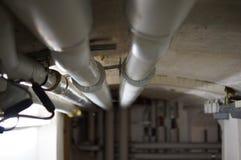 Wassersystem mit Rohren im Keller Στοκ εικόνες με δικαίωμα ελεύθερης χρήσης