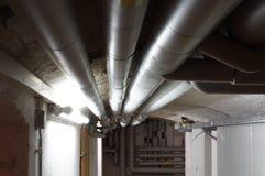 Wassersystem mit Rohren im Keller Στοκ Εικόνες