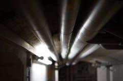 Wassersystem mit Rohren im Keller Στοκ φωτογραφία με δικαίωμα ελεύθερης χρήσης