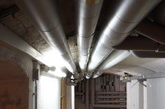 Wassersystem mit Rohren im Keller. Wasser Leitung im Keller mit Verteilsystem Stock Image