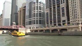 Wassertaxi auf dem Chicago River stock video footage