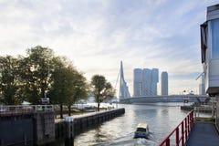 Wassertaxi des frühen Morgens in Rotterdam lizenzfreie stockfotos