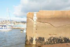 Wassertiefenmarkierung mit Tiefe in den Füßen auf Meer-wallth stockfoto