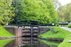 Wassertore auf Bansigstoke-Kanal in Woking, Surrey lizenzfreie stockbilder
