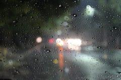 Wassertröpfchen auf einem Glasfenster auf einer regnerischen Nacht perfekt für Zitate lizenzfreies stockfoto