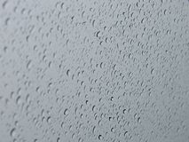 Wassertröpfchen auf Autofenster stockfotografie