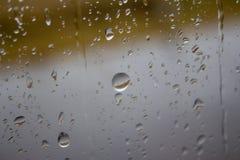 Wassertröpfchen auf einem Glasfenster lizenzfreie stockbilder