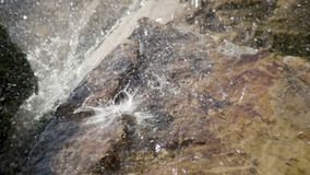 Wassertröpfchen in einem Teich in der Zeitlupe stock video