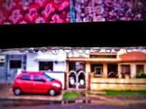 Wassertröpfchen mit Auto im Hintergrund mit Unschärfe stockfotos
