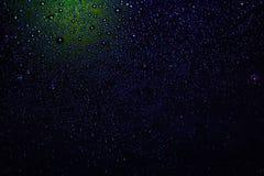 Wassertr?pfchen auf schwarzen backgrounddrops auf schwarzem Hintergrund, Regen, Wasser, Reflexion, Tapete lizenzfreie stockbilder