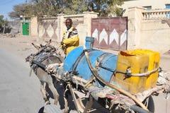 Wasserträger auf der Straße Hargeysa. Stockfotos
