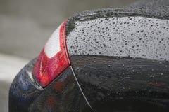 Wassertropfen auf Auto Stockfoto