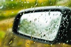 Wassertropfen auf Autoglas und -spiegel stockfotografie