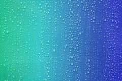 Wassertropfen auf blauem Farbsteigungshintergrund Stockfoto
