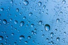 Wassertropfen auf blauem Hintergrund Stockfotos