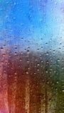 Wassertropfen auf dem Fenster Stockbild