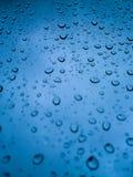Wassertropfen auf dem Fenster Stockbilder
