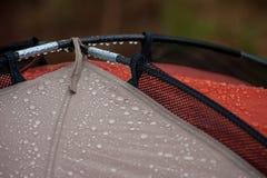 Wassertropfen auf dem Zelt Lizenzfreies Stockbild