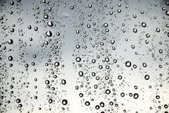 Wassertropfen auf einem Fenster Stockbild