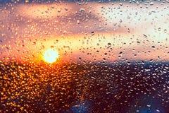 Wassertropfen auf einem Fensterglas nach dem Regen Stockfotografie