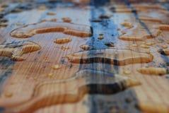 Wassertropfen auf einem Schreibtisch lizenzfreies stockbild
