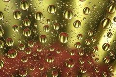 Wassertropfen auf Farbhintergrund Lizenzfreie Stockfotos