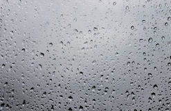 Wassertropfen auf Fensterglas nach Regen Stockbild