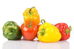 Wassertropfen auf Frischegemüse: grüner, orange, gelber, roter Paprika und Tomaten Lizenzfreie Stockfotos
