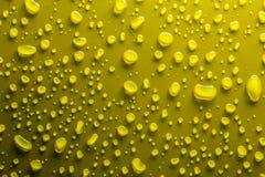 Wassertropfen auf Gelb Stockfoto