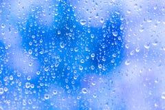 Wassertropfen auf Glas auf blauem Hintergrund Stockfoto